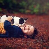 Imagen de archivo de un niño con su perro