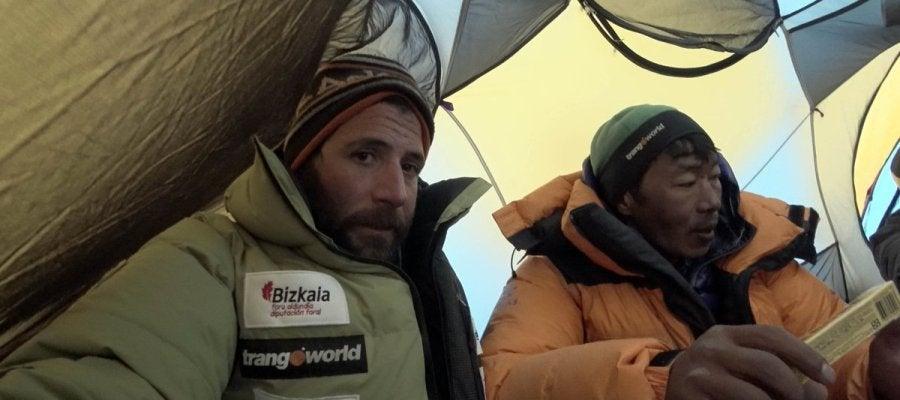 Alex Txikon, en una tienda de campaña en el Everest