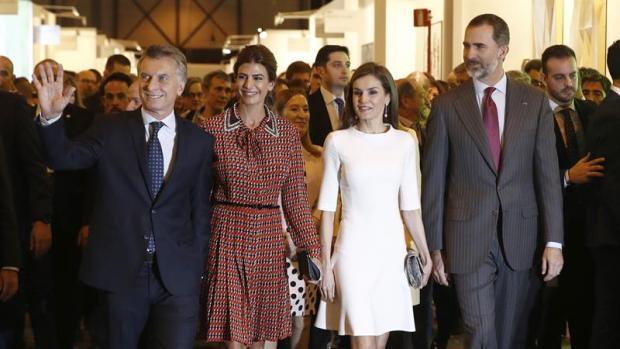 Los Reyes inauguran ARCO con el presidente argentino, Mauricio Macri, y su esposa, Juliana Awada.
