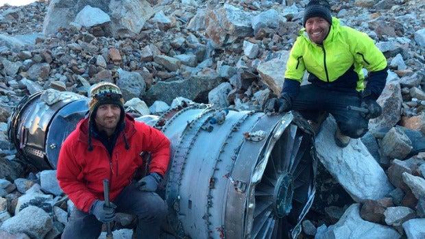 Dos hombres, que investigan un accidente de avión en Bolivia en 1985, encuentran sus restos