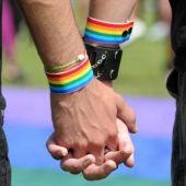 Una pareja homosexual pasea de la mano