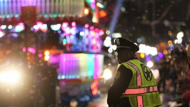 Un agente de la policía local de Nueva Orleans en el lugar del accidente
