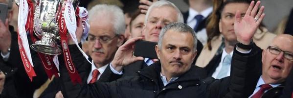 Jose Mourinho, con la League CUP.