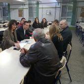 El alcalde de Elche y la concejala de Educación reunidos con miembros de la comunidad educativa del colegio Las Bayas.