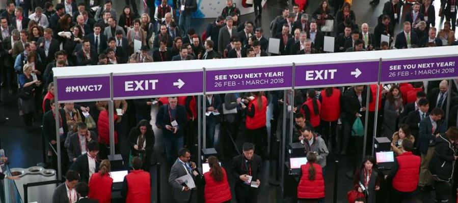 Varios congresistas hacen colas a la entrada del Mobile World Congress (MWC)