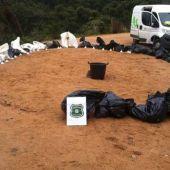 Imagen de los Agentes Rurales con varias de las bolsas con los animales dentro