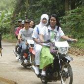 Varios residentes cruzan en moto un punto de control en la provincia de Sulu, al sur de Filipinas