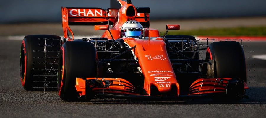 Fernando Alonso rueda con su nuevo McLaren en Montmeló