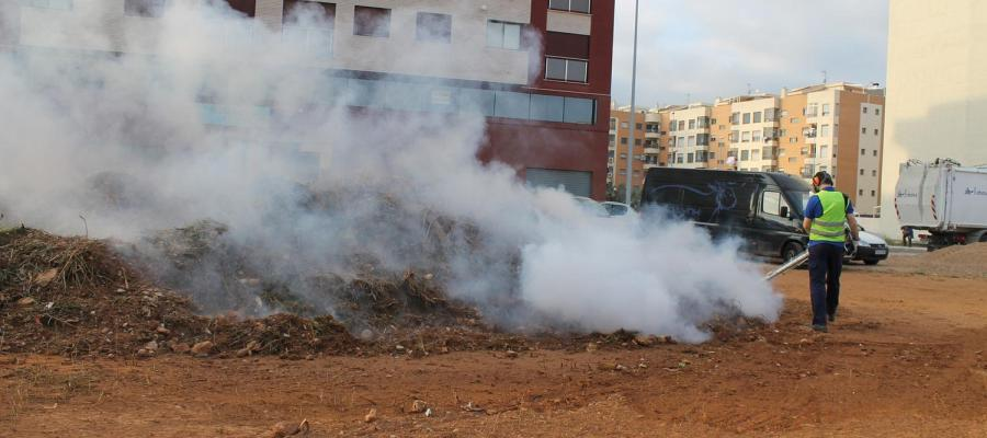 Trabajos de fumigacions en una parcela