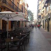 Imagen de archivo de una terraza de mesas y sillas en el centro de Elche.