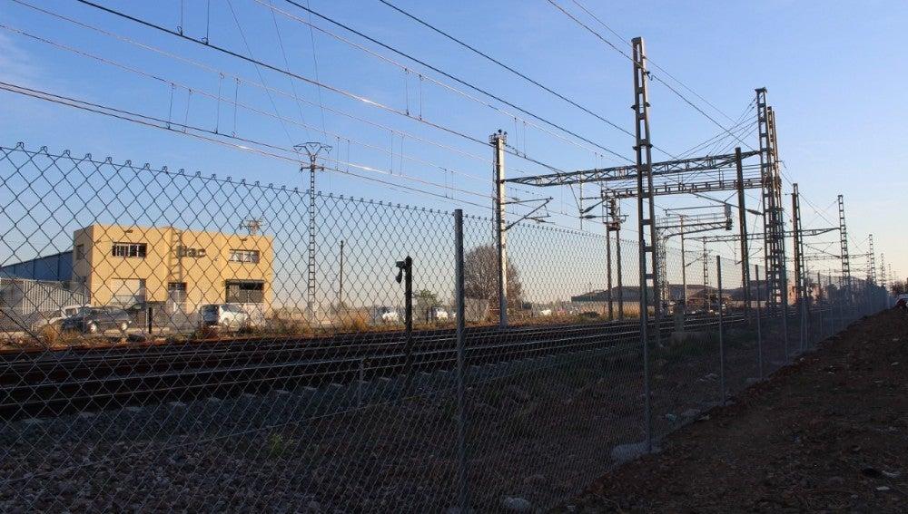 Adif ha instal-lat una valla de seguretat per tot el recorregut de la via del tren.