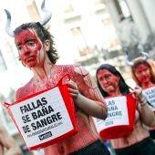 Una veintena de antitaurinos protestando contra el empleo de los toros en Fallas