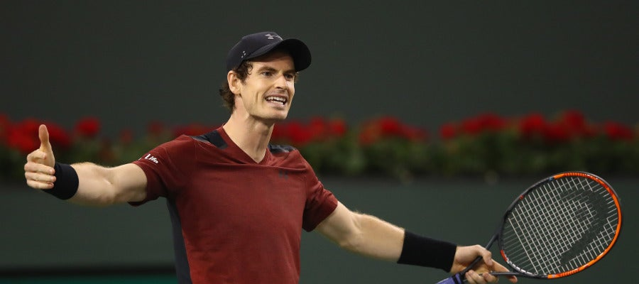 Andy Murray gesticula durante su partido en Indian Wells