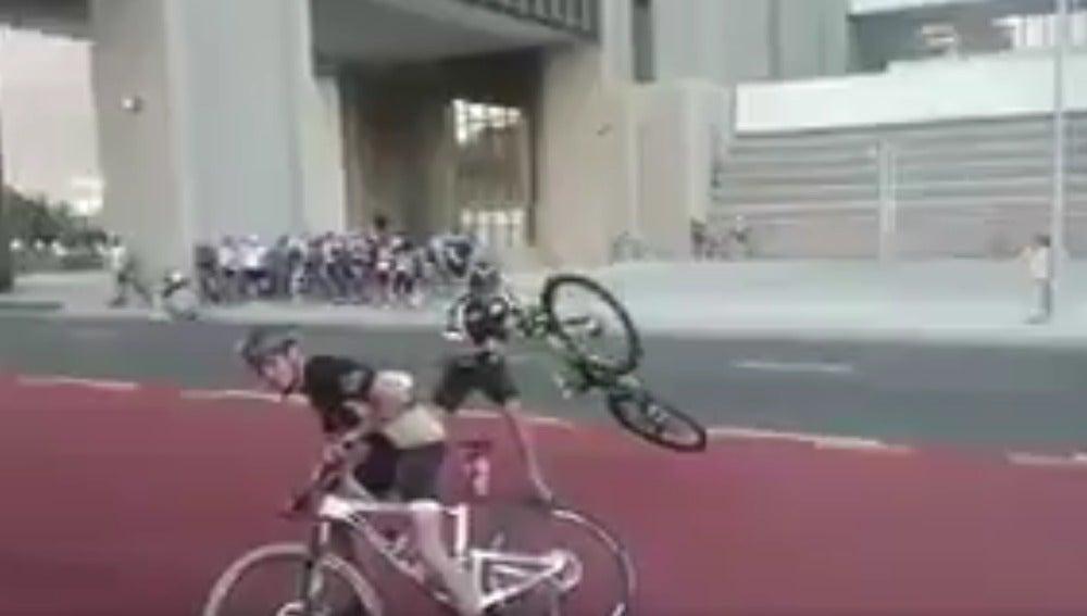 Los ciclistas intentan mantener sus bicicletas en su sitio