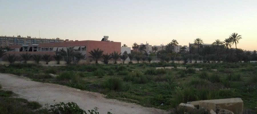 Terrenos en los que se pedirá la construcción de un nuevo colegio en Altabix, con el centro Clara Campoamor al fondo.