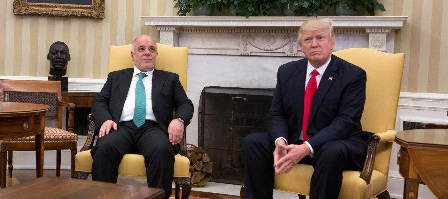 El presidente estadounidense Donald Trump posa junto al primer ministro de Irak Haider al-Abadi