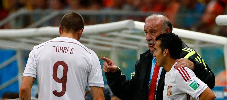 Vicente del Bosque da instrucciones a Pedro durante un partido