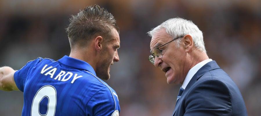 Jamie Vardy dialoga con Claudio Ranieri