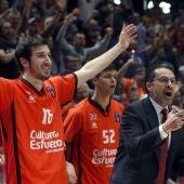 Jugadores del Valencia Basket celebran el triunfo y el pase a la final