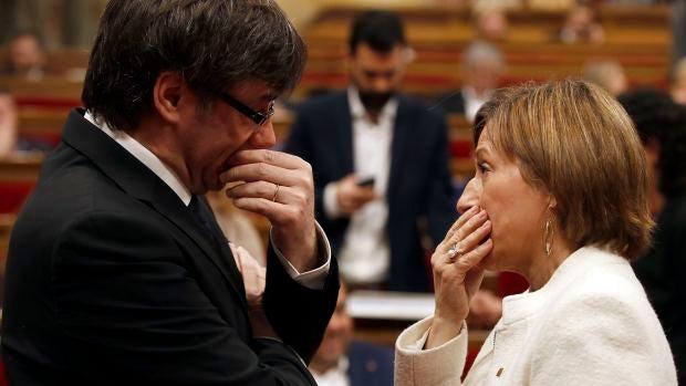 El president de la Generalitat, Carles Puigdemont, y la presidenta del Parlament, Carme Forcadell