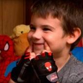 Jaden Hayden, el niño huérfano que cambia juguetes por sonrisas