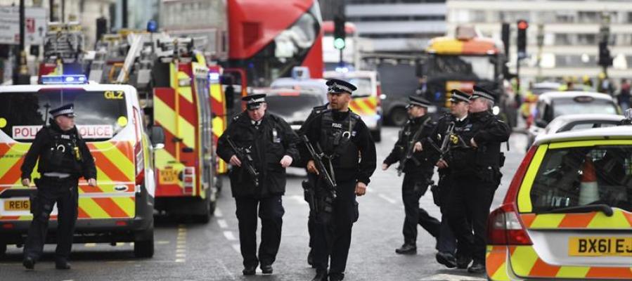 Agentes de policía británicos permanecen en guardia tras el tiroteo ante el Parlamento en Londres