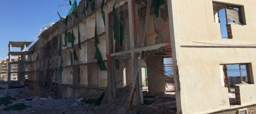En primer plano la vieja estructura del hotel de Arenales del Sol, al fondo la nueva.