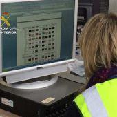 Una agente de la Guardia Civil con un ordenador que contiene archivos de pornografía infantil