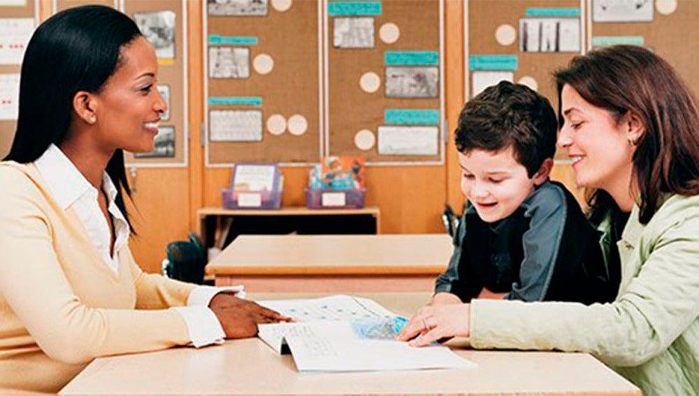 Profesora con alumno y su madre