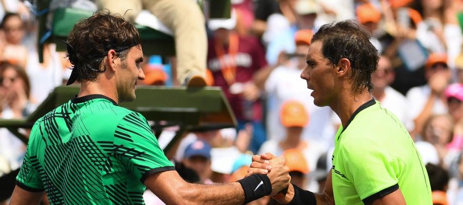 Federer y Nadal se saludan tras disputar la final de Miami