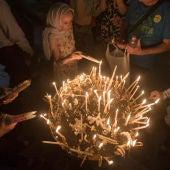 Peregrinos encienden velas en la Iglesia del Santo Sepulcro en el centro antiguo de Jerusalén