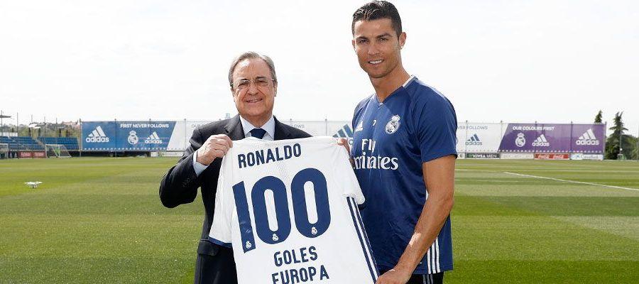 Florentino Pérez da a Cristiano Ronaldo una camiseta conmemorativa por sus 100 goles en Europa