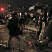 Nazarenos de La Esperanza de Triana ante el descontrol tras sufrir una estampida durante la Madrugá de Sevilla