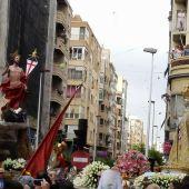 Momento del encuentro en el Cristo Resuctiado y la Virgen de la Asunción en Elche.