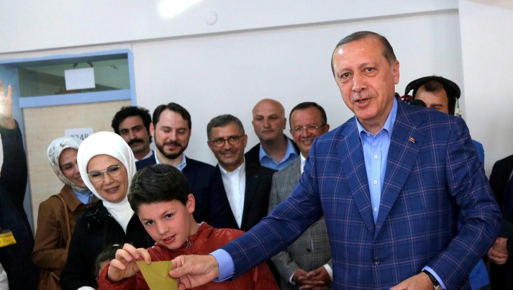 Erdogan vota en un colegio electoral en Estambul