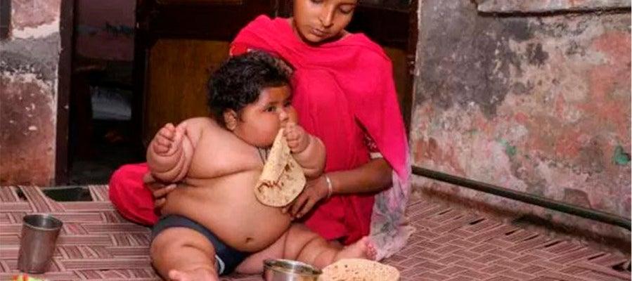 Chahat Kumar comiendo junto a su madre
