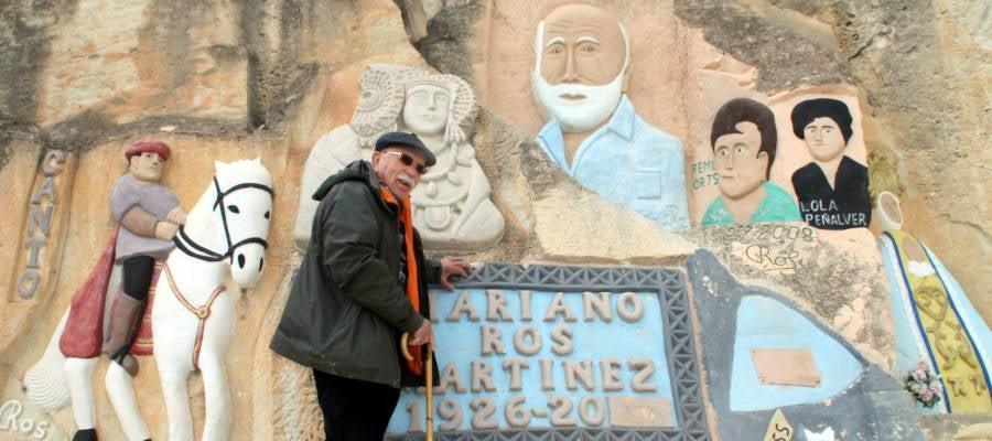 Mariano Ros posa junto a sus esculturas en una imagen de marzo de 2014.