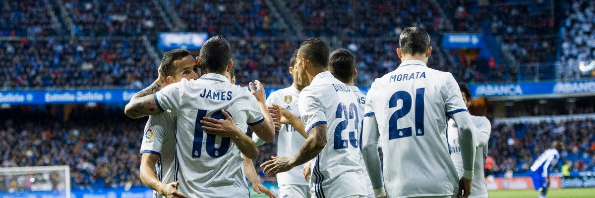 James celebra con su compañeros su gol en Riazor