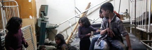 Varios niños heridos esperan a recibir tratamiento médico en un hospital de campaña