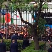 Los Reyes se acercan a saludar a los niños agolpados en la verja de la Biblioteca Nacional