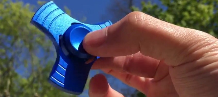 Frame 16.173339 de: Fidger Spinner, el nuevo juguete que causa furor entre los jóvenes