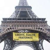 Cartel contra el Frente Nacional que ha colgado Greenpeace en la Torre Eiffel