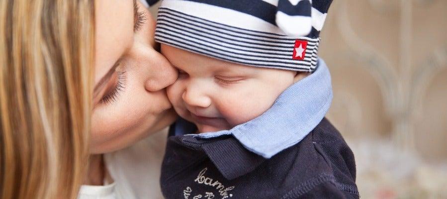 Una madre besando a su hijo