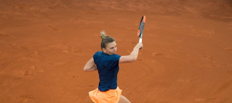 Simona Halep ejecuta un golpe durante la final