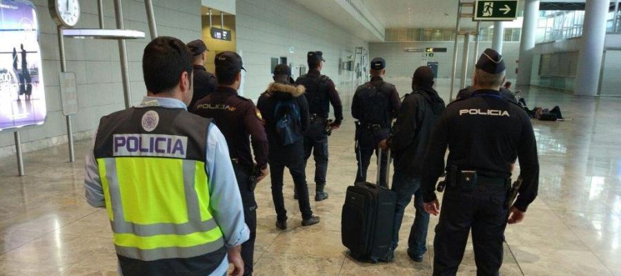 Los dos detenidos tras ser detenidos en el Aeropuerto Alicante/Elche.