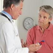 Los pacientes tratados por medicos mayores tienen una mortalidad mas alta
