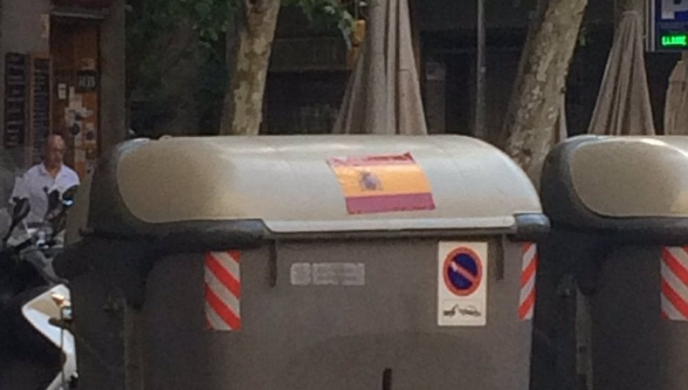 Un cubo de la basura en Cataluña con una pegatina de España