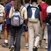 Jóvenes entrando en un instituto