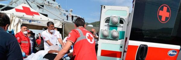 Un inmigrante recibe asistencia médica después de desembarcar en el puerto de Salerno