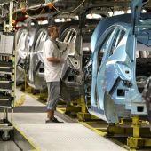 Un operario, en la cadena de montaje de la planta de General Motors